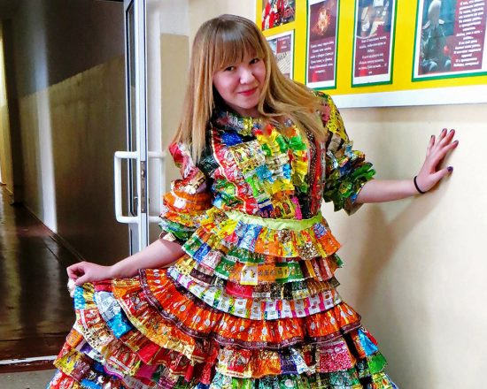 Платье из этикеток от продуктов