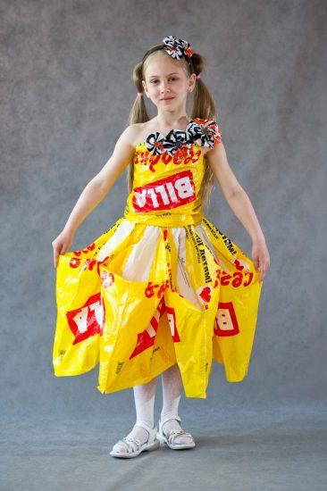 Платье из пластиковой упаковки от продуктов