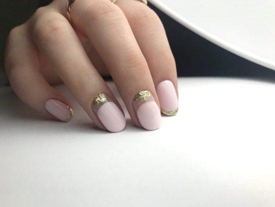 Маникюр в стиле нюд с золотым рисунком