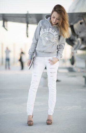 Девушка в худи с капюшоном и джинсах