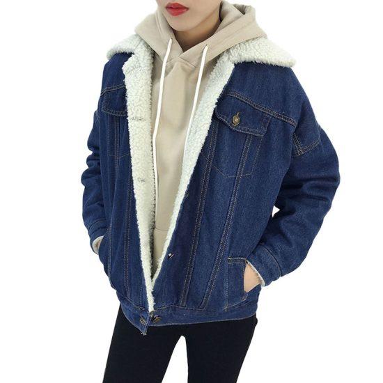 Девушка в худи с капюшоном и джинсовой куртке