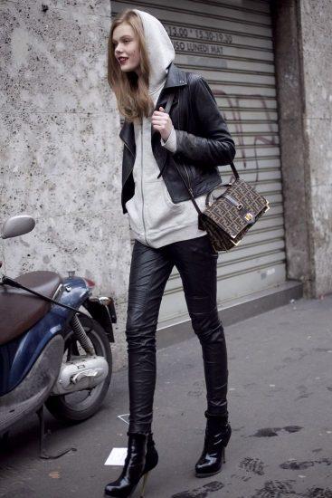 Девушка в худи с капюшоном и кожаной куртке