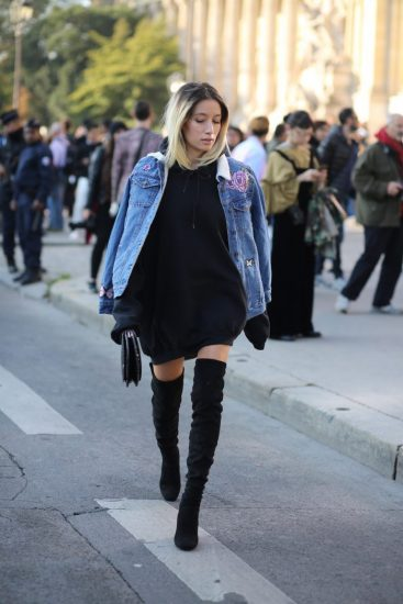 Девушка в худи с капюшоном и ботфортах