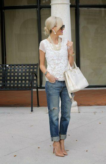 Образ с джинсами-бойфрендами и белым топом с кружевом