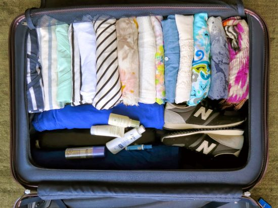 Упаковка рубашек в чемодан