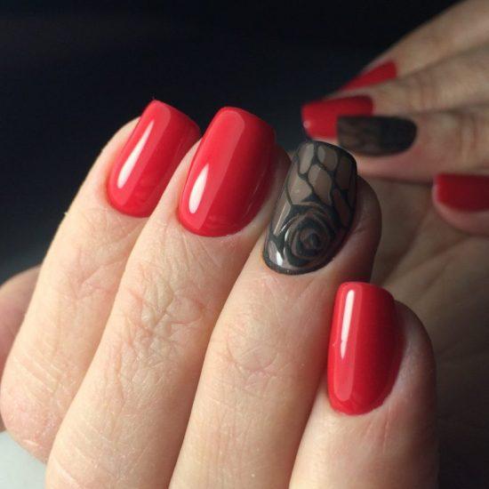 Красный маникюр с чёрными элементами