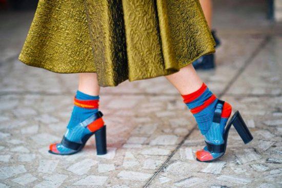Яркие носки с босоножками