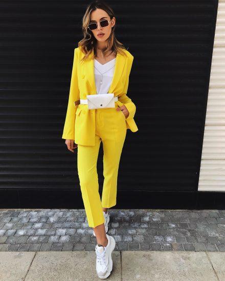 Образ с поясной сумкой и жёлтым костюмом