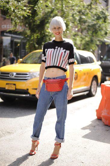Образ с поясной сумкой и джинсами