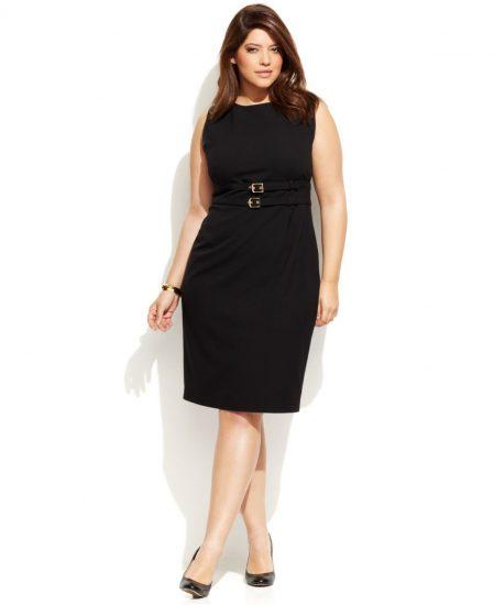 Приталенное платье с поясами на полной девушке
