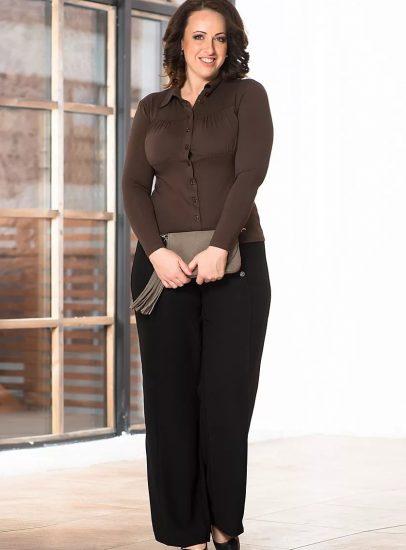Полная женщина в широких брюках