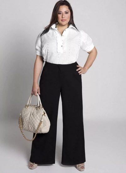 Полная девушка в широких классических брюках
