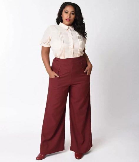 Полная девушка в широких ярких брюках