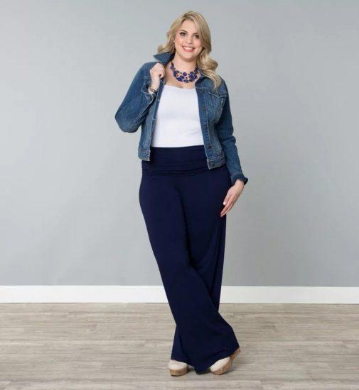 Полная девушка в широких брюках и джинсовой куртке