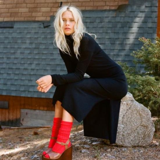 Девушка в чёрном платье и красных носках
