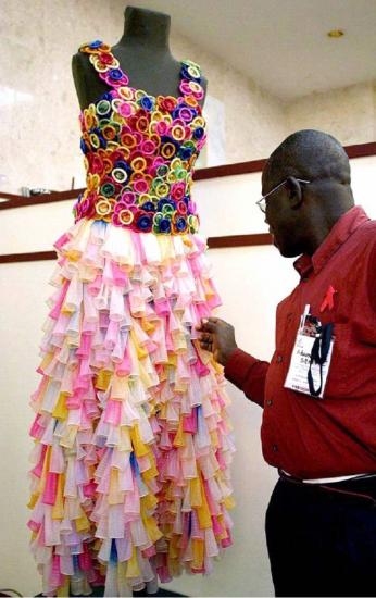 Платье из презервативов