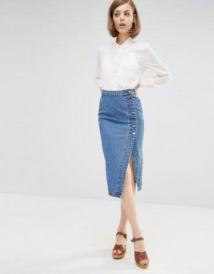 Девушка в джинсовой юбке с разрезом