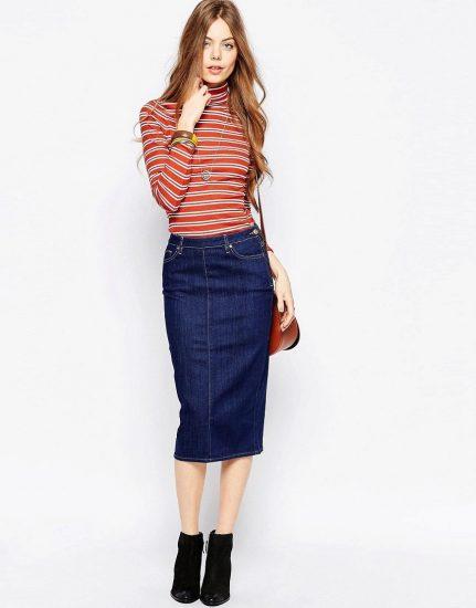 Девушка в тёмной джинсовой юбке-карандаш