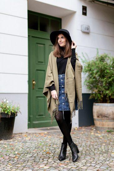 Девушка в джинсовой юбке и чёрной шляпе