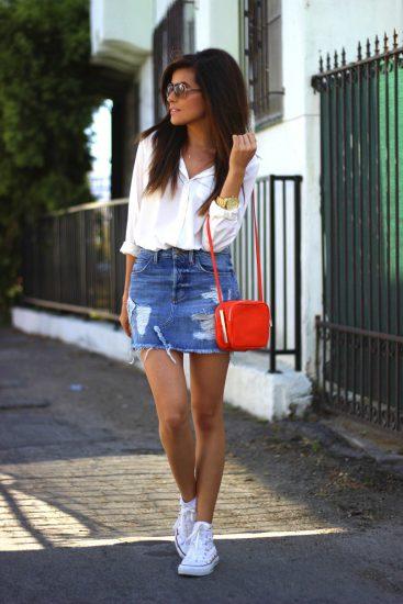 Девушка в джинсовой мини-юбке и кедах