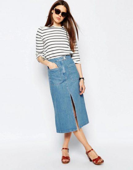 Девушка в длинной джинсовой юбке и блузке в полоску