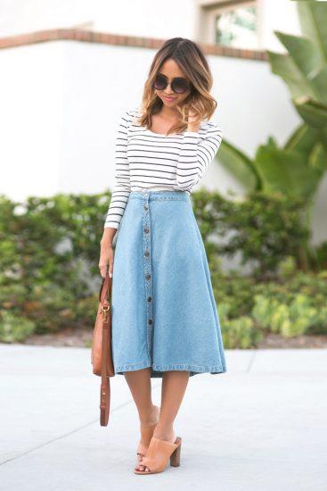 Девушка в джинсовой юбке-трапеции