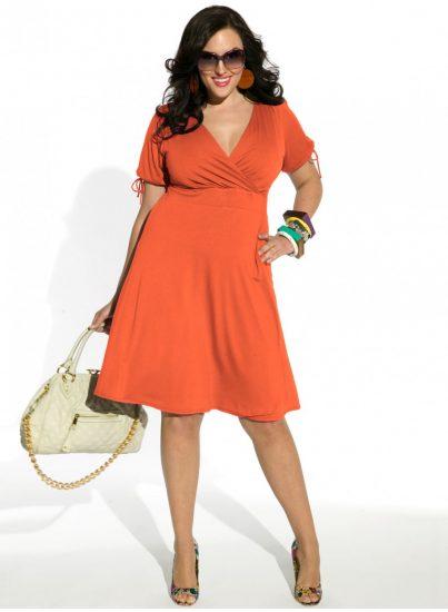 Оранжевое платье с запахом на полной женщине
