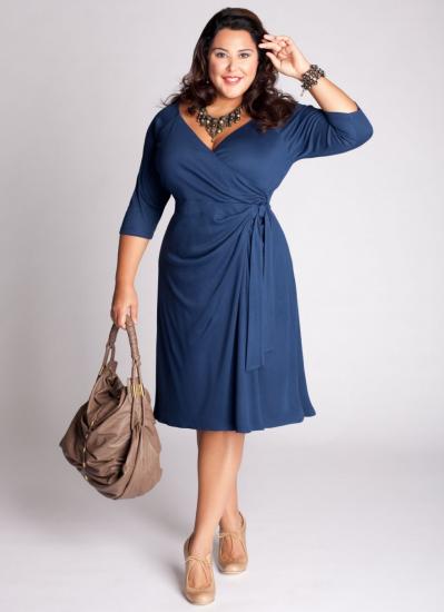 Синее платье с запахом на полной женщине
