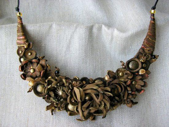 Ожерелье из кожаных элементов