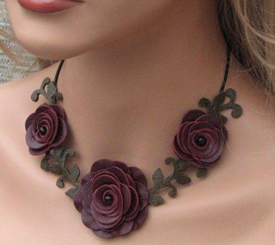 Ожерелье с розочками из кожи