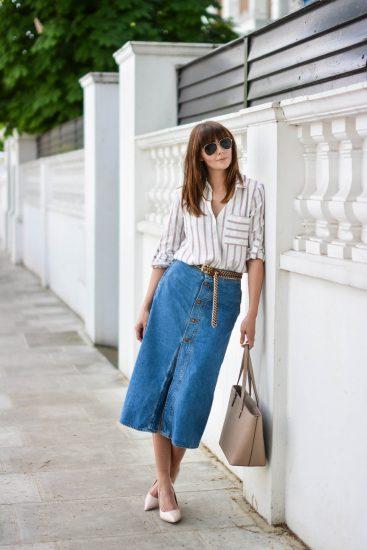Девушка в длинной джинсовой юбке и рубашке