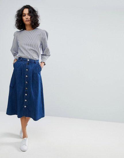 Девушка в длинной джинсовой юбке