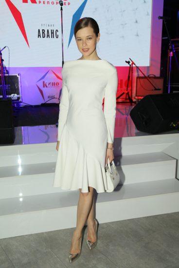 Екатерина Шпица в белом платье
