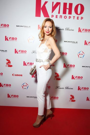Елена Захарова в белом комбинезоне