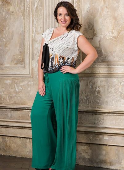 Полная женщина в широких ярких брюках