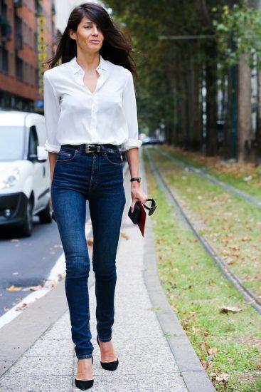 Девушка в джинсах с высокой талией и белой блузке