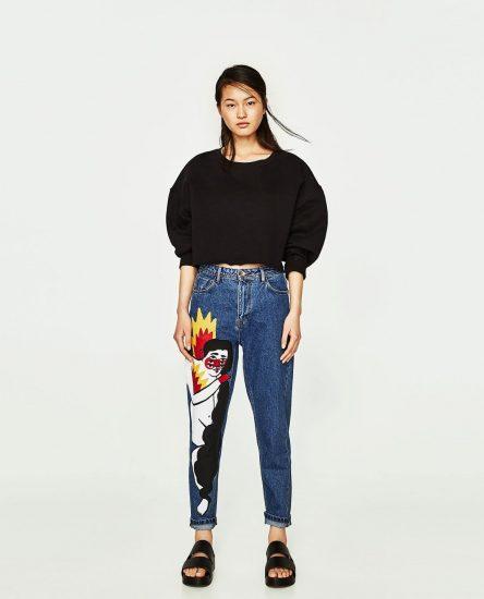 Девушка в джинсах с рисунком