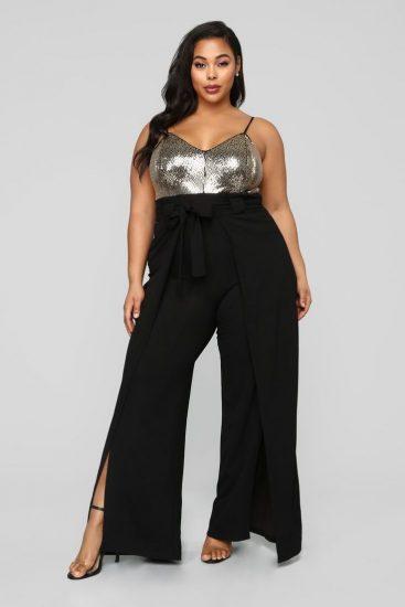 Полная девушка в широких брюках с разрезами