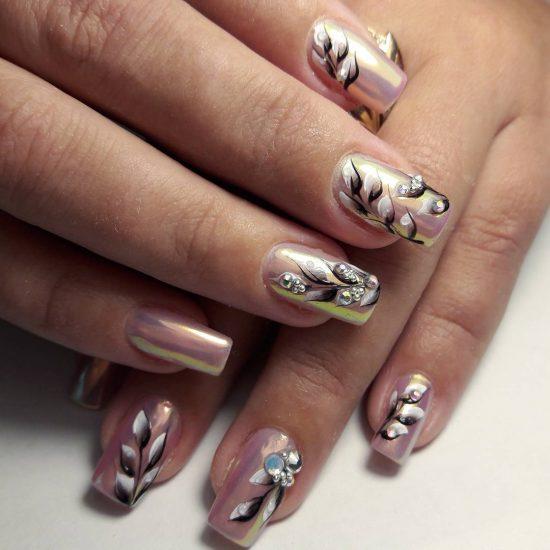 Дизайн ногтей с зеркальной втиркой и рисунками
