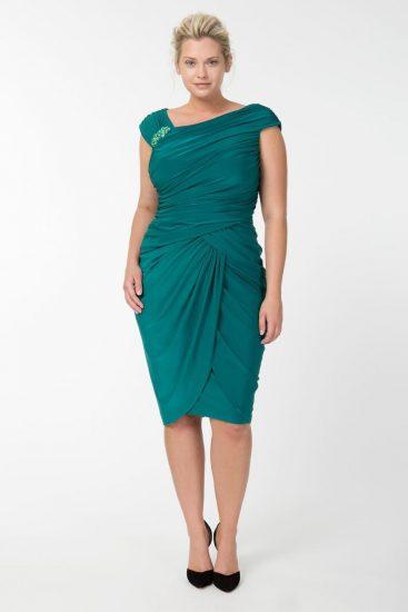 Полная девушка в бирюзовом платье