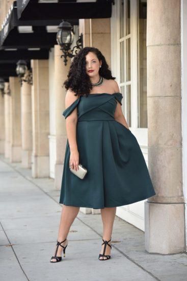 Полная девушка в тёмном платье