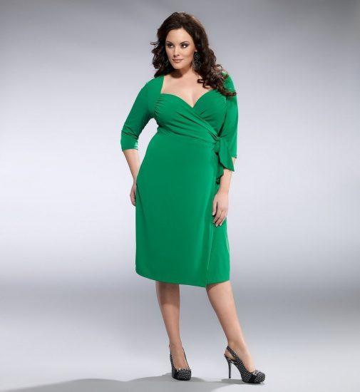 Полная девушка в зелёном платье