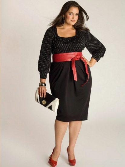 Полная девушка в платье с поясом