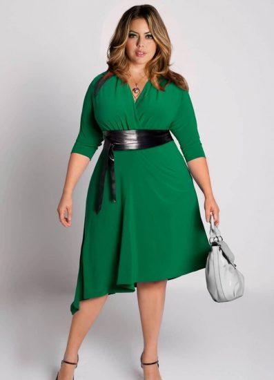 Полная девушка в зелёном платье с поясом