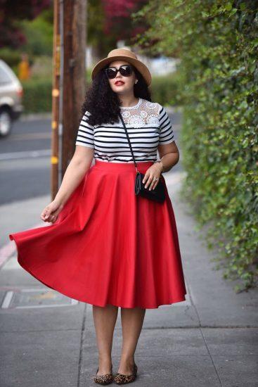 Полная девушка в красной юбке