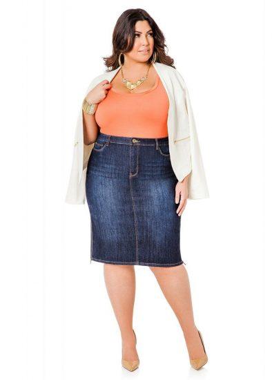 Полная девушка в джинсовой юбке