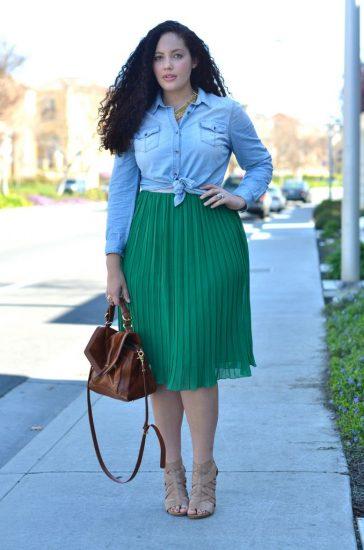 Полная девушка в плиссированной зелёной юбке