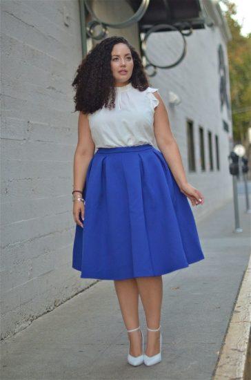 Полная девушка в синей юбке