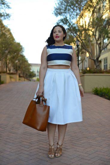 Полная девушка в белой юбке