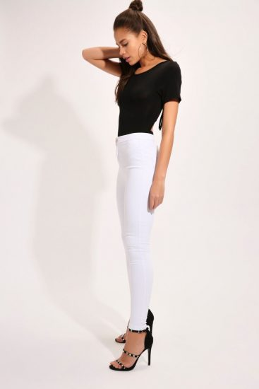 Девушка в белых джинсах с высокой талией